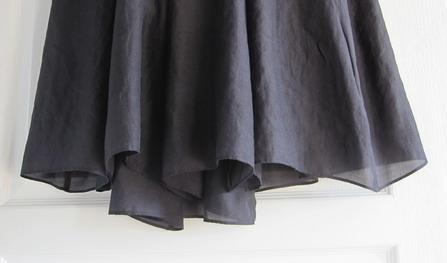 フレアスカートの裾 前後差があり