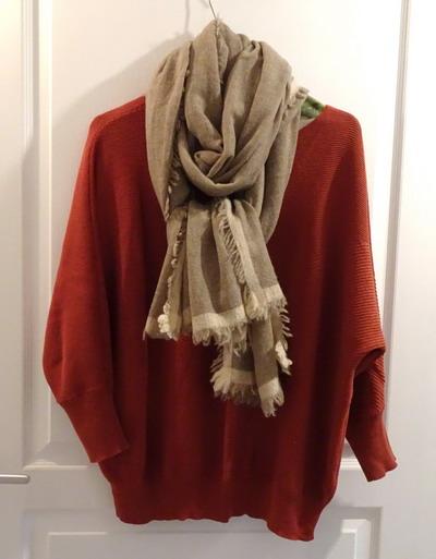 エンジ色のセーターとカシミアマフラー ベージュ